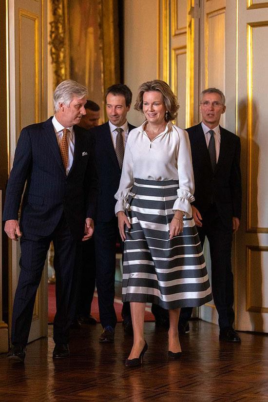Бельгийская королева Матильда в шелковой блузе с манжетами и юбке колокол