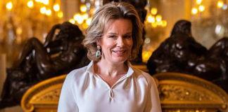 Королева Бельгии в блузе с оригинальными рукавами и юбке-колокол выглядит очень элегантно