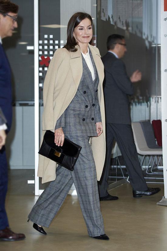 Королева Летисия в сером костюме и пальто