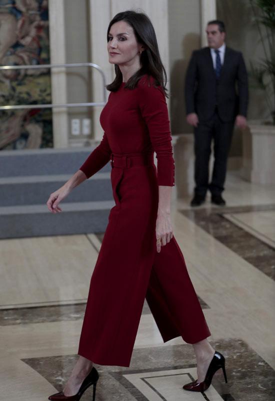 Королева Летисия в красном костюме и туфлях на каблуке