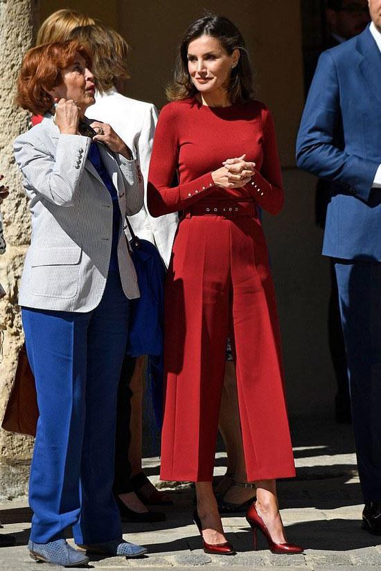Королева Летисия в красном наряде Hugo Boss и классических туфлях