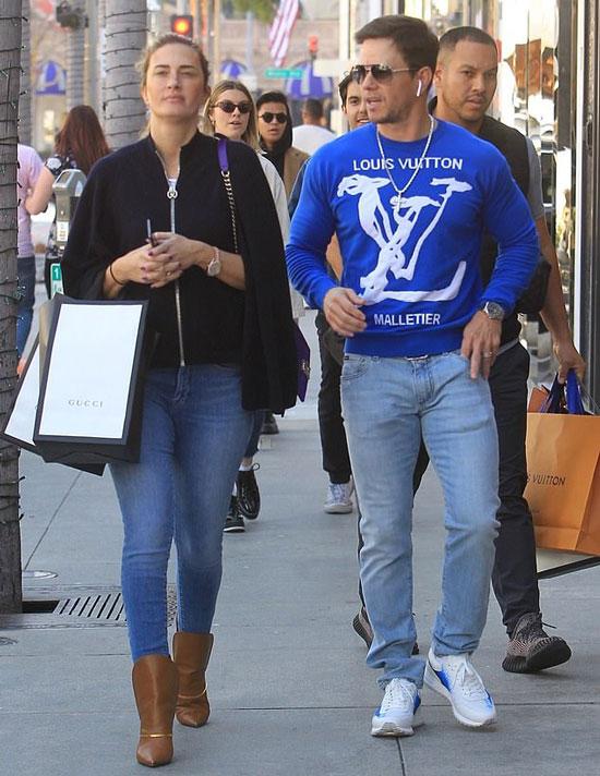 Марк Уолберг в синем свитшоте и голубых джинсах