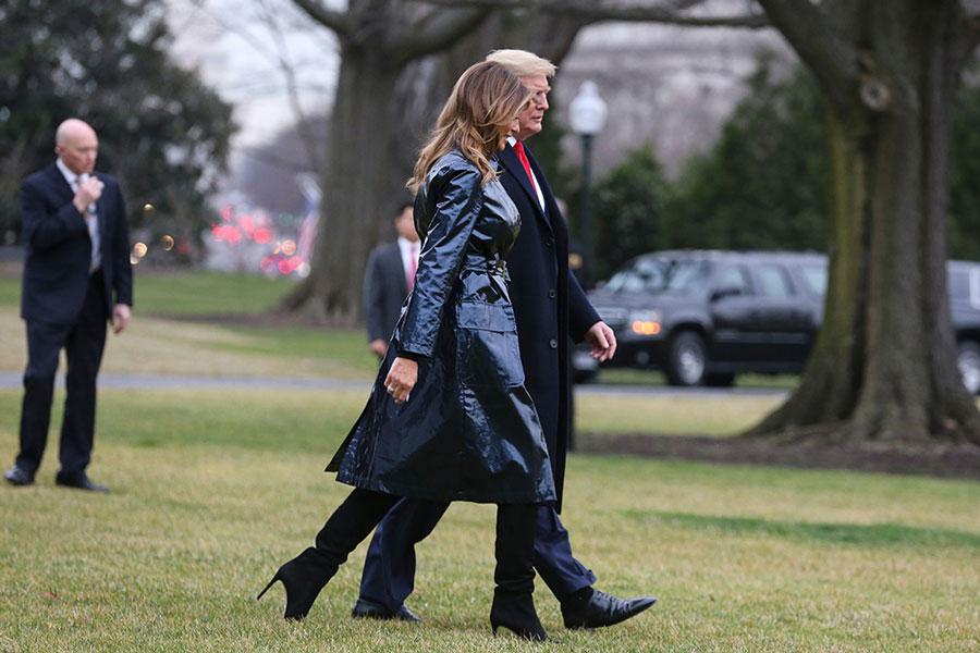 Мелания Трамп в виниловом плаще и ботфортах на шпильке