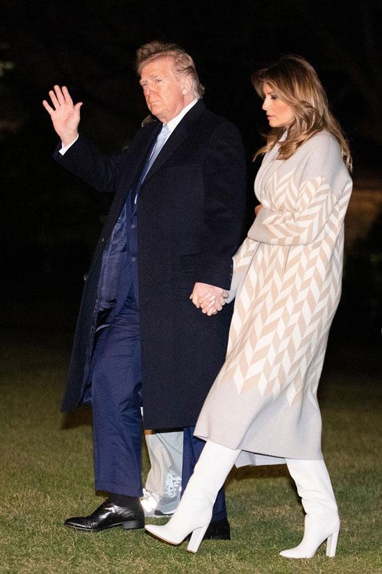 Мелания Трамп в белом платье миди и светлом пальто с принтом