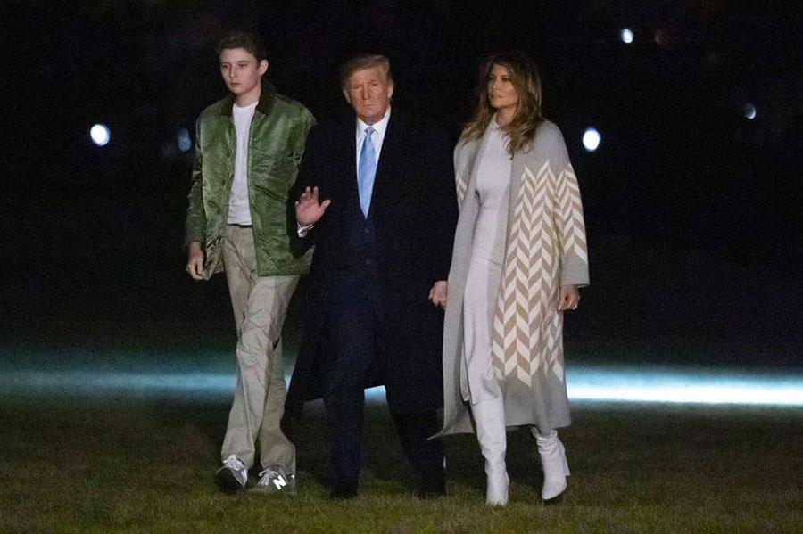 Мелания Трамп в светлом пальто с принтом