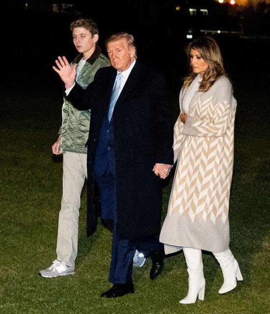Мелания Трамп в белых сапогах и платье миди