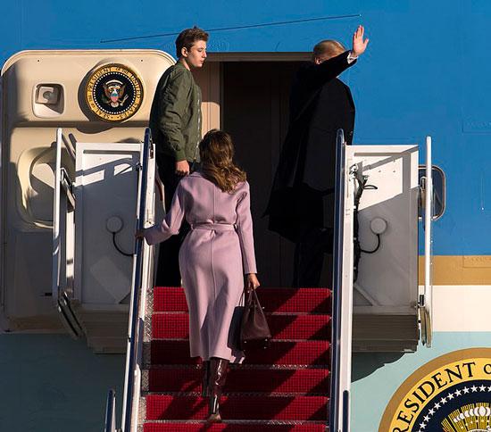 Мелания Трамп в сиреневом пальто с поясом от Max Mara