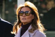 Мелания Трамп мастерски сочетает очки с сапогами и водолазкой на фоне сиреневого пальто