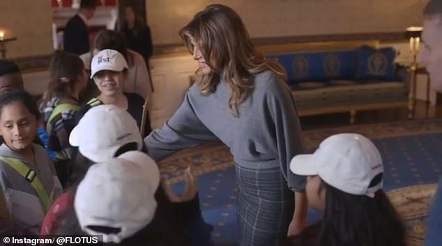 Мелания Трамп в юбке миди и серой водолазке