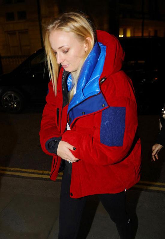 Софи Тернер в объемной куртке и кроссовках Изи Буст