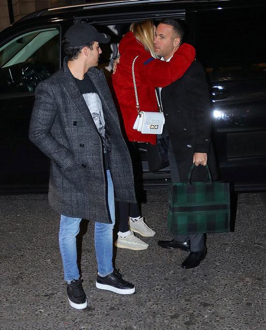 Софи Тернер в объемной куртке, леггинсах и с белой сумкой