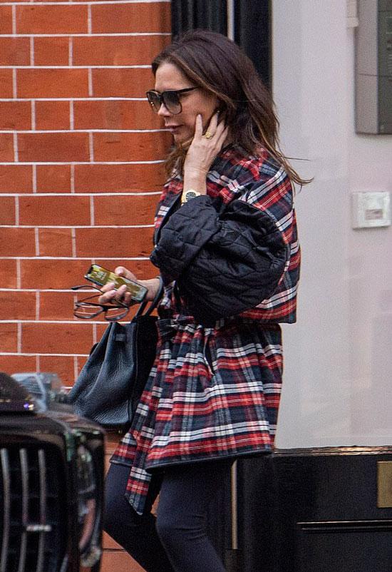 Виктория Бекхэм в трехцветной куртке в клетку