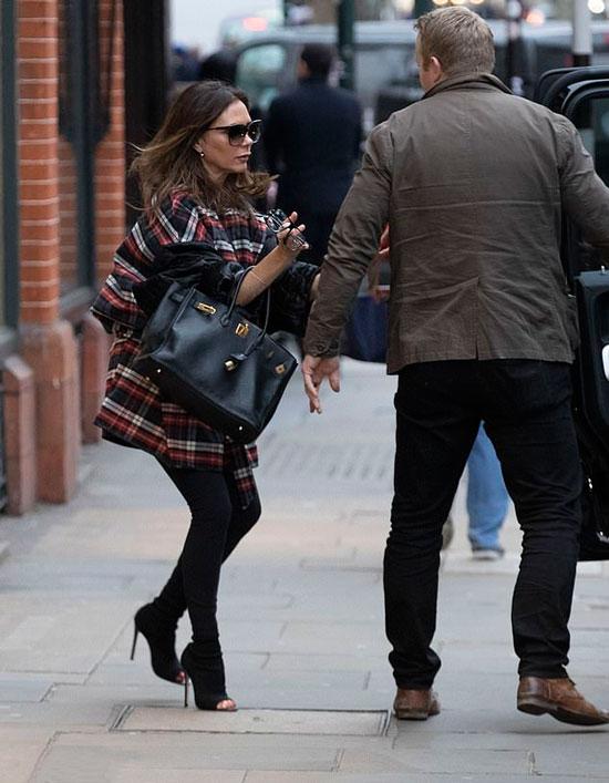 Виктория Бекхэм в куртке в клетку и черных ботильонах с открытым носком