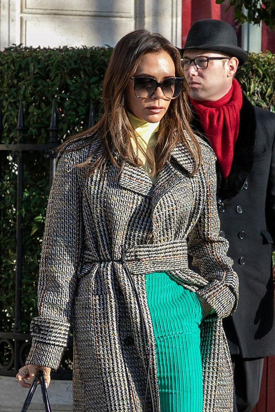 Виктория Бекхэм в пальто, водолазке и очках с эффектом омбре