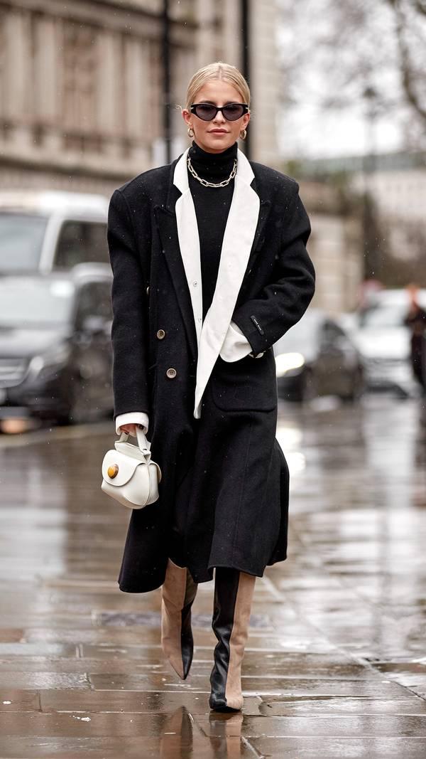Девушка в черном пальто, водолазка и необычные двуцветные сапоги