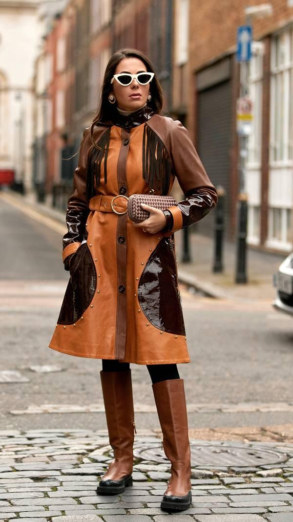 Девушка в коричневом плаще с поясом, сапоги на плоской подошве и сумочка