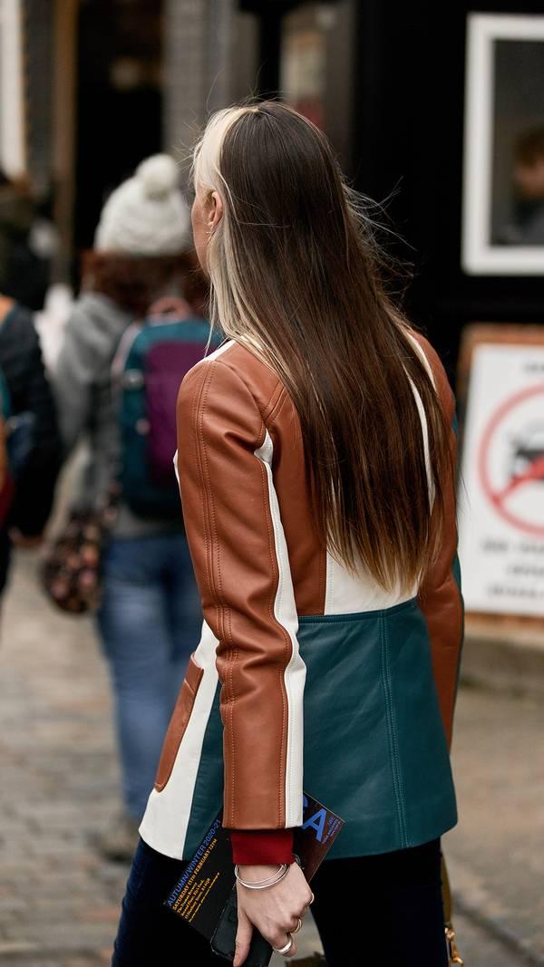 Девушка в разноцветной кожаной куртке