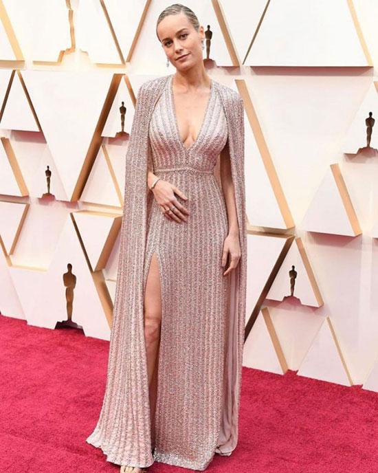 Бри Ларсон в платье с накидкой и стильных босоножках