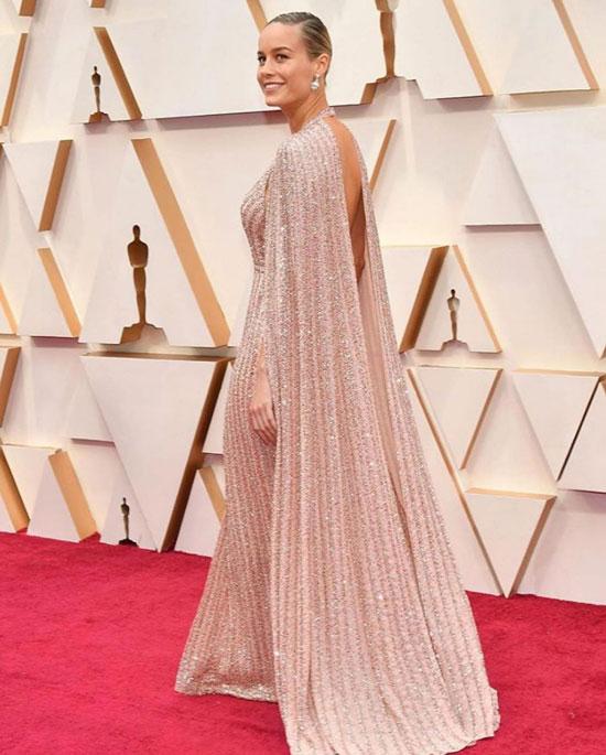 Бри Ларсон в роскошном платье с накидкой и крупных серьгах