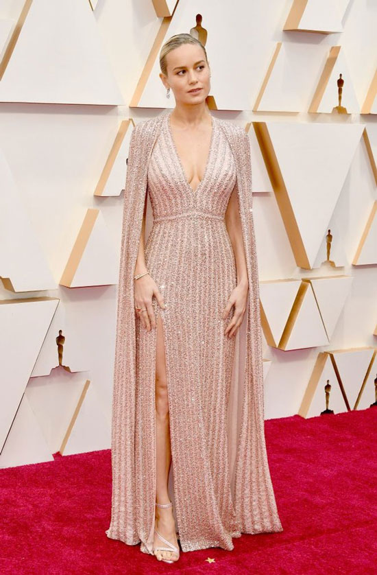 Бри Ларсон в платье с разрезом и босоножках на шпильке