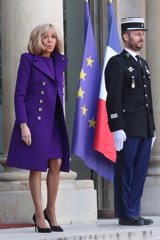 Брижит Макрон в фиолетовом пальто и платье