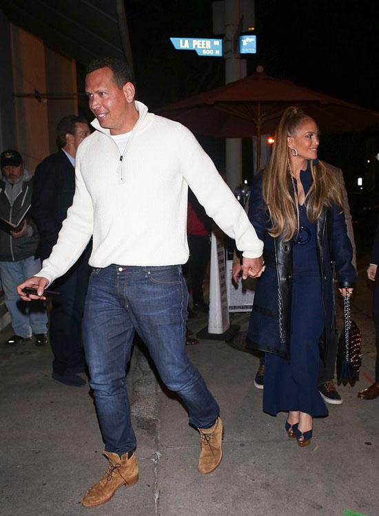 Дженнифер Лопес в синем комбинезоне и туфлях на платформе