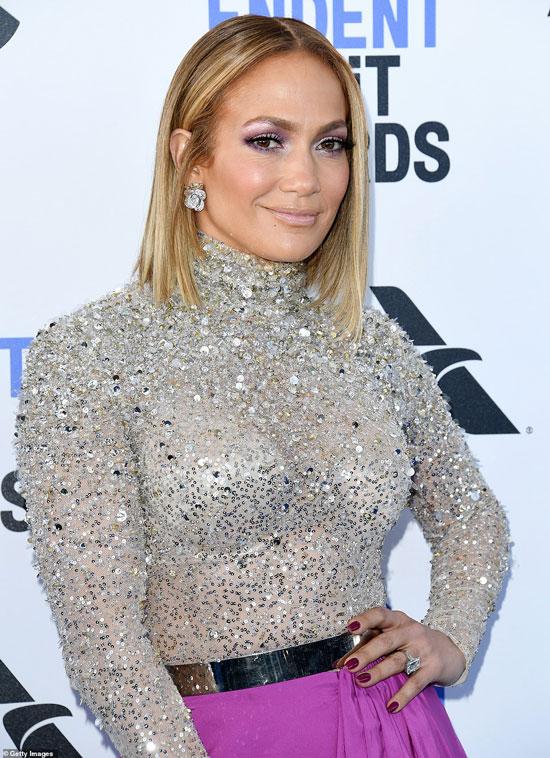 Дженнифер Лопес в платье от Valentino с серебристым верхом со стразами