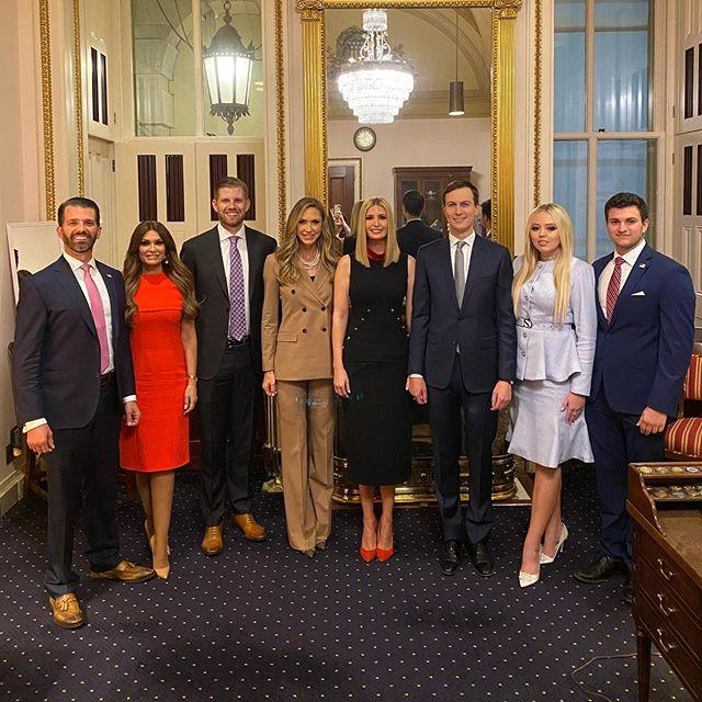 Иванка Трамп в роскошном платье с пуговицами и красных туфлях