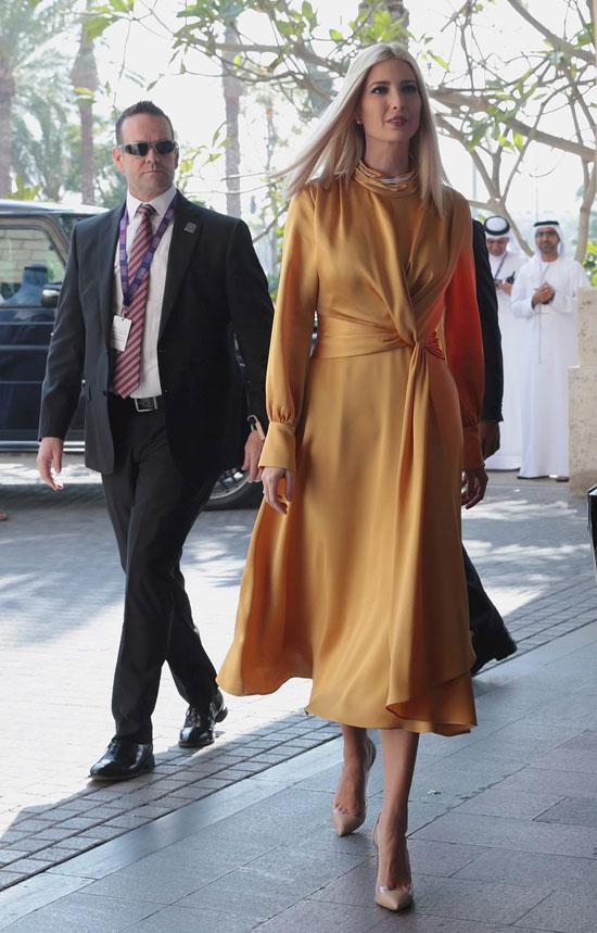 Иванка Трамп в желтом шелковом платье-миди с оригинальным узлом на поясе