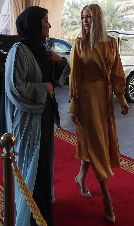 Иванка Трамп в желтом платье с манжетами колокольчиками и лодочках