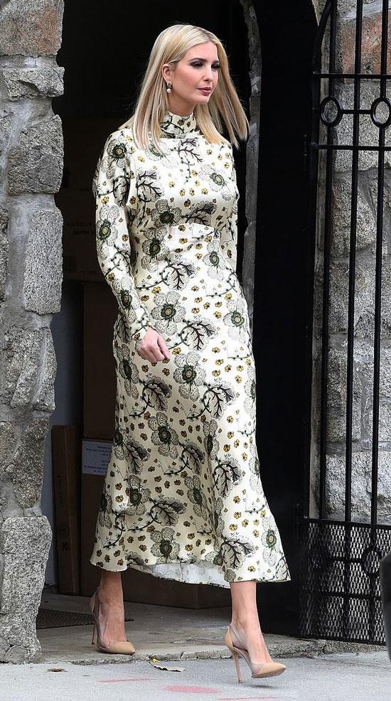 Иванка Трамп в цветочном длинном платье и бежевых лодочках