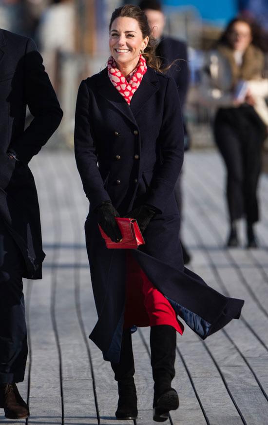 Кейт Миддлтон в классическом пальто и романтичном шарфе