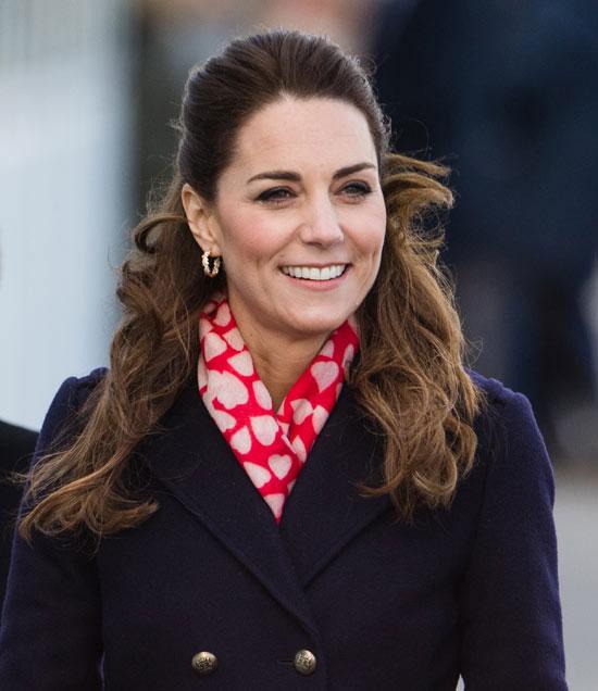 Кейт Миддлтон в шарфе с сердечками и двубортном пальто