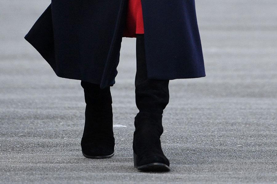 Кейт Миддлтон в элегантных черных сапогах и классическом пальто