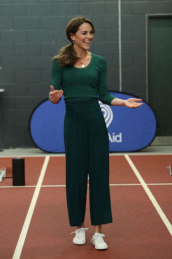 Кейт Миддлтон в брюках Zara, зеленом джемпере и кроссовках