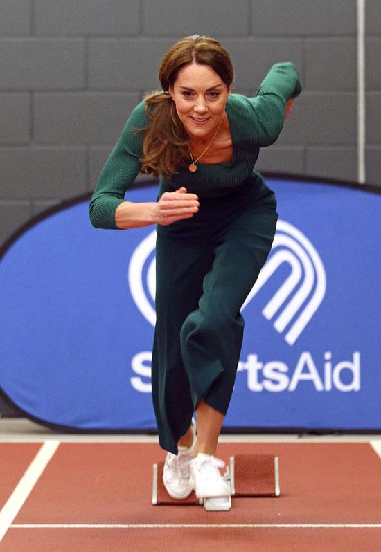Кейт Миддлтон в зеленых брюках Zara и белых кроссовках