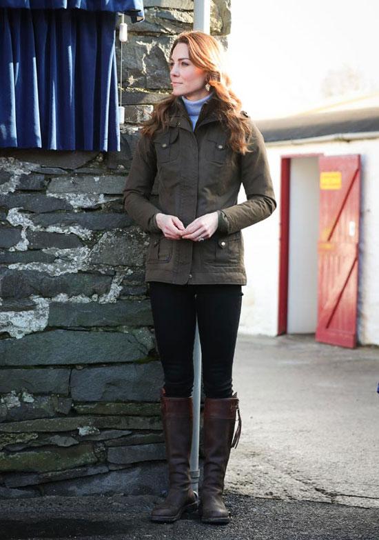 Кейт Миддлтон в голубой водолазке и черных джинсах-скинни