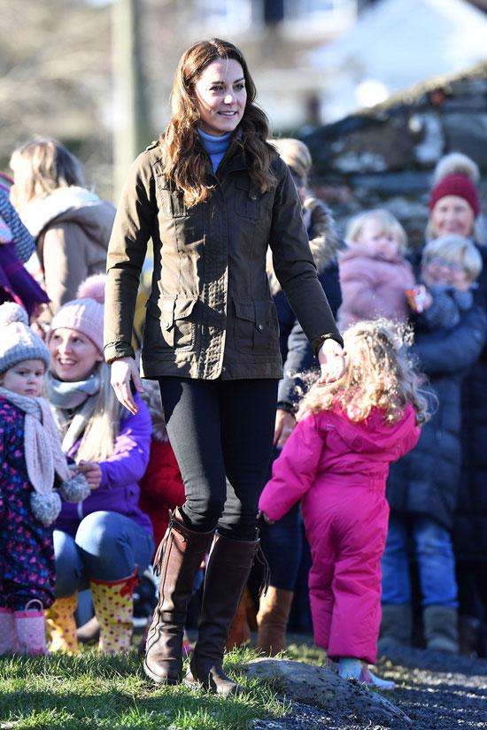 Кейт Миддлтон в куртке цвета хаки, водолазке и джинсах