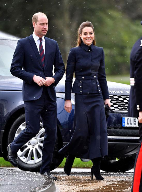 Кейт Миддлтон в костюме с юбкой и замшевых сапогах