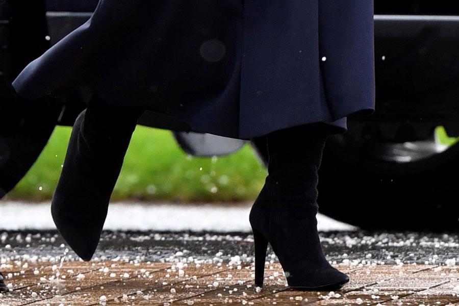 Кейт Миддлтон в сапогах на каблуке и элегантном костюме