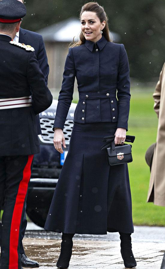 Кейт Миддлтон в необычном костюме и замшевых сапогах