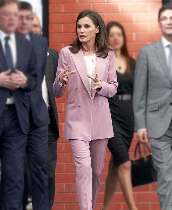 Королева Испании в нежно-розовом костюме и туфлях на каблуке