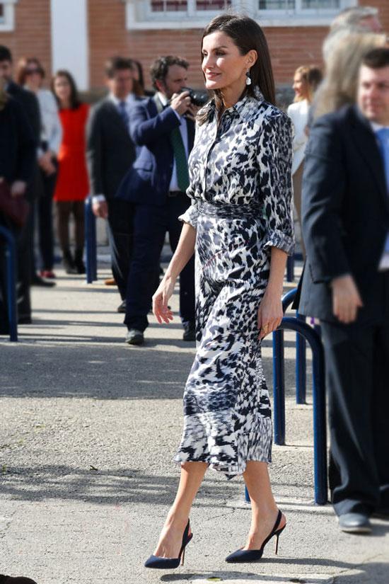 Королева Испании в леопардовом наряде и классических туфлях