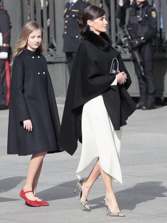 Королева Летисия в накидке с мехом и модных туфлях-лодочках