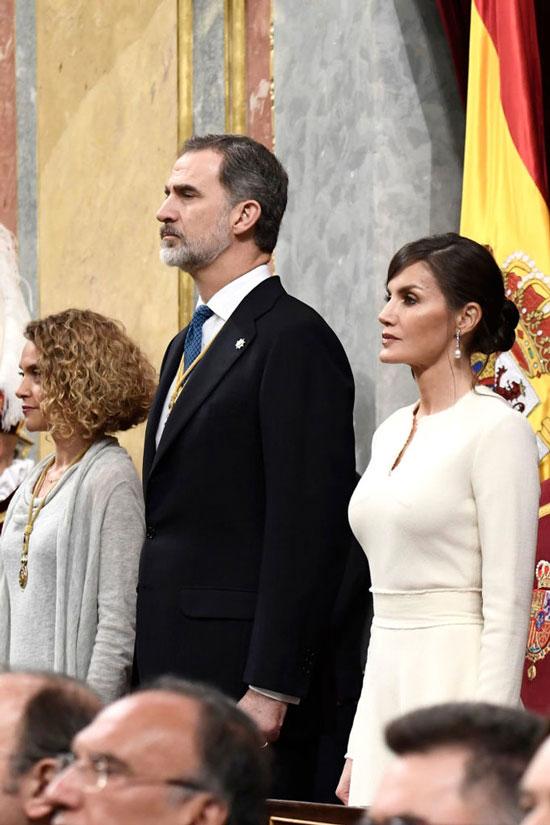 Королева Летисия в модных туфлях, накидке и белом платье