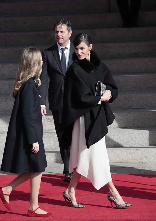 Королева Летисия в белом платье, модных туфлях и с крупными серьгами