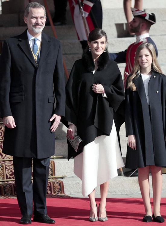 Королева Летисия в накидке, белом платье и модных туфлях-лодочках