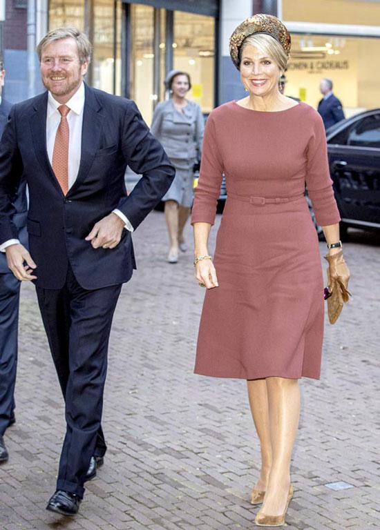 Королева Нидерландов в простом платье и замшевых лодочках