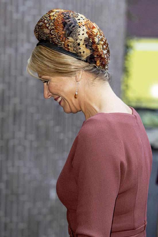 Королева Нидерландов в простом платье и берете из перьев