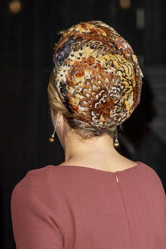 Королева Нидерландов в ярком берете из перьев и серьгах на цепочке